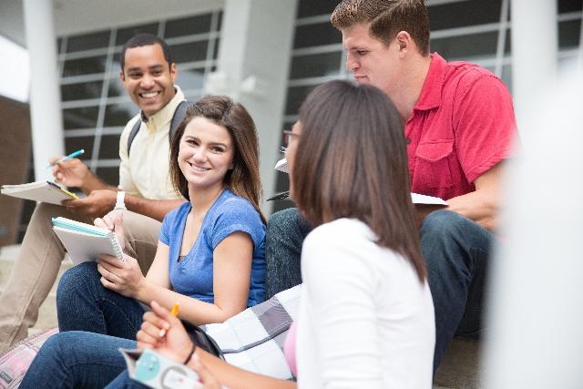 談話する外国人学生