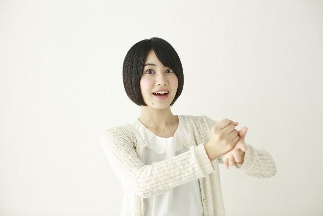 納得した顔の日本人女性