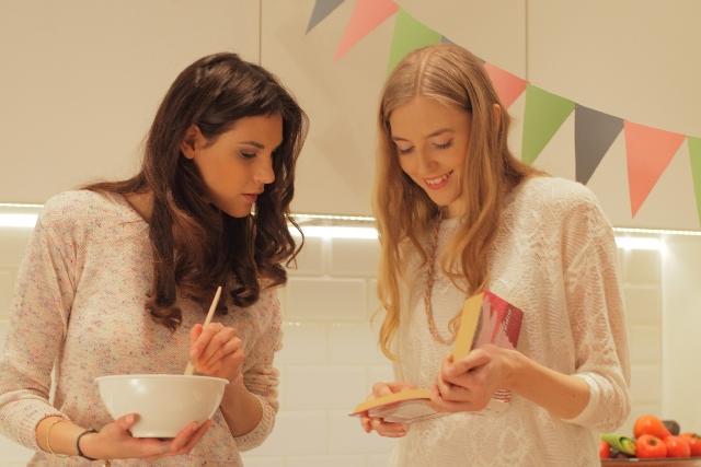料理をする外国人女性