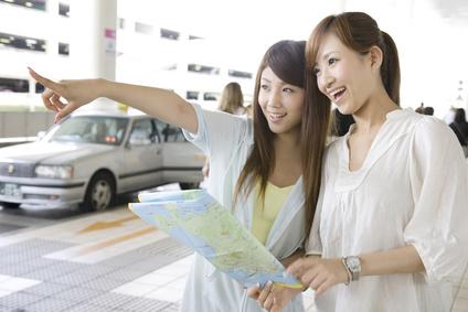 地図を確認する女性