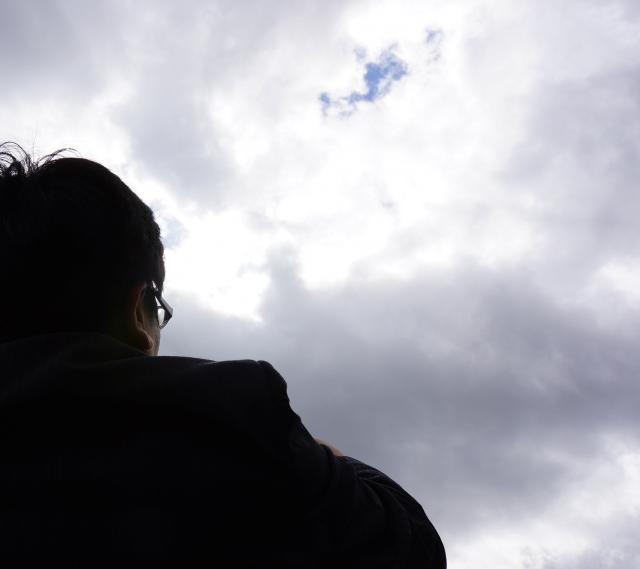 空を見上げる人