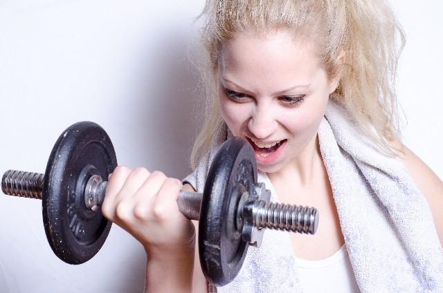 バーベルでトレーニングする女性