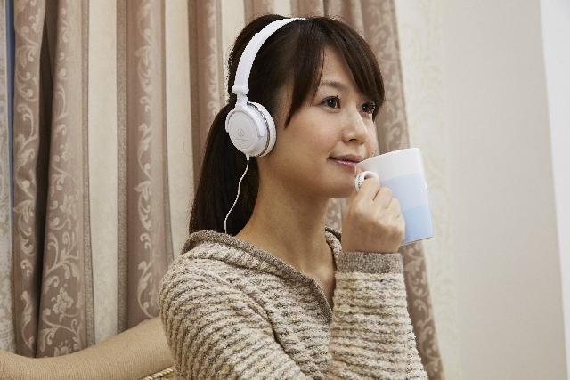 ヘッドフォンを付けてリラックスする女性