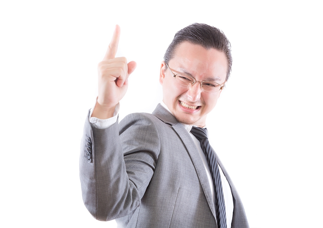 人差し指を立てて決める会社員