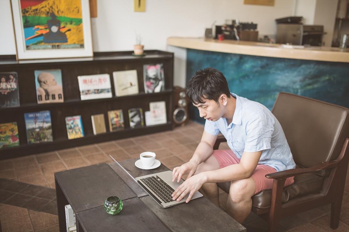 パソコンを使って勉強する男性