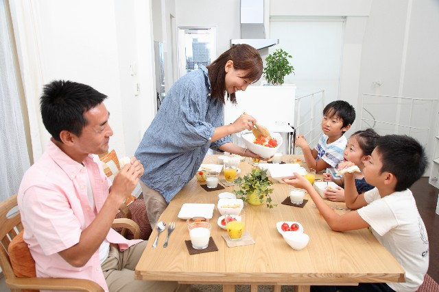 家族が食事をしている場面