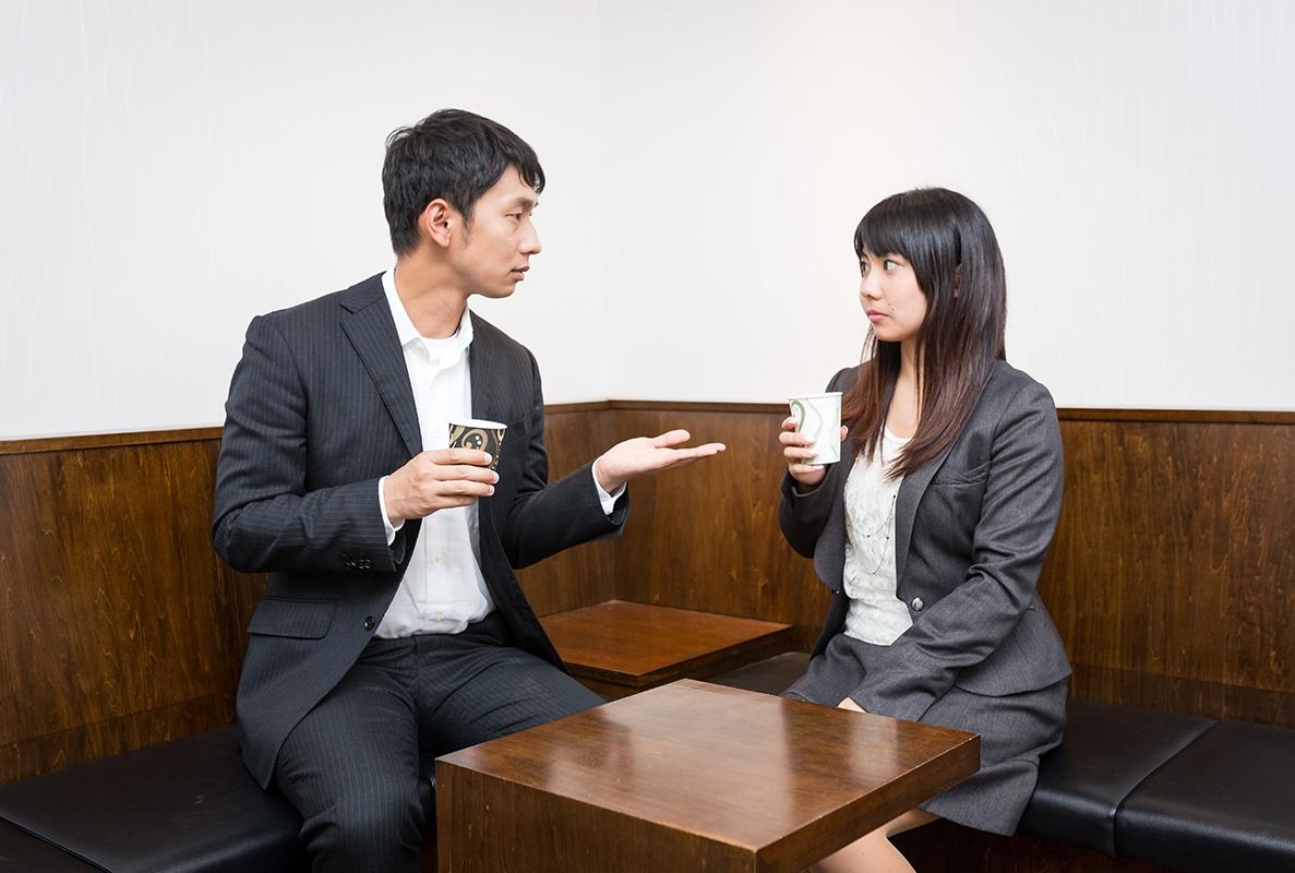 会話をする男女会社員