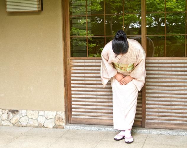 和服で礼をする女性