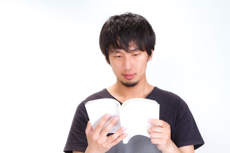読書をする男性