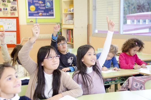 教室で勉強をする外国の子供たち