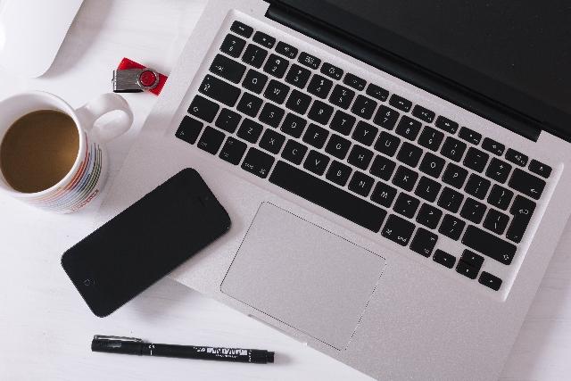 ノートパソコンとマグカップ