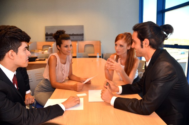 会議をする外国人