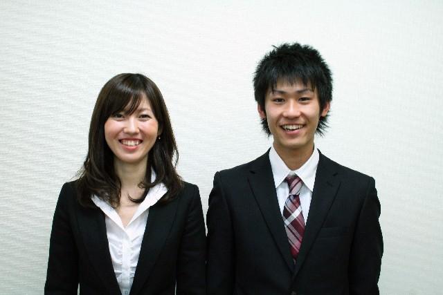 笑顔の男女会社員