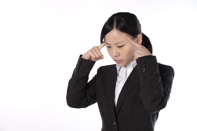 悩む会社員の女性