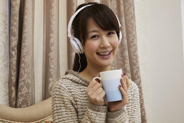 ヘッドフォンをした笑顔の女性
