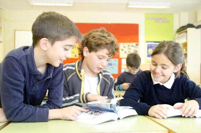 勉強する外国人の子供たち
