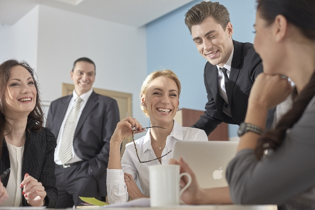 英語での会話を楽しむ外国人の会社員