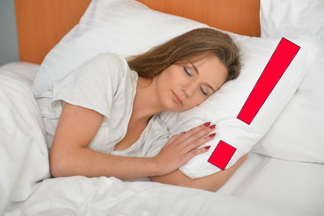眠っている白人女性