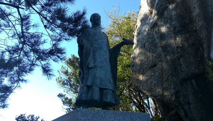 多景島にある日蓮上人像