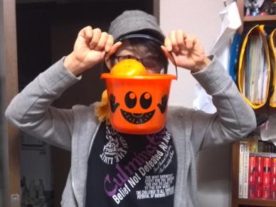 ハロウィン風のオレンジ色のバケツ