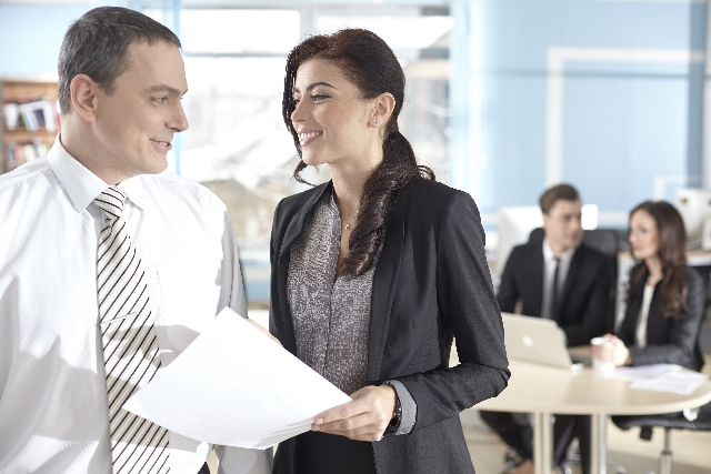 職場で会話する外国人の男女