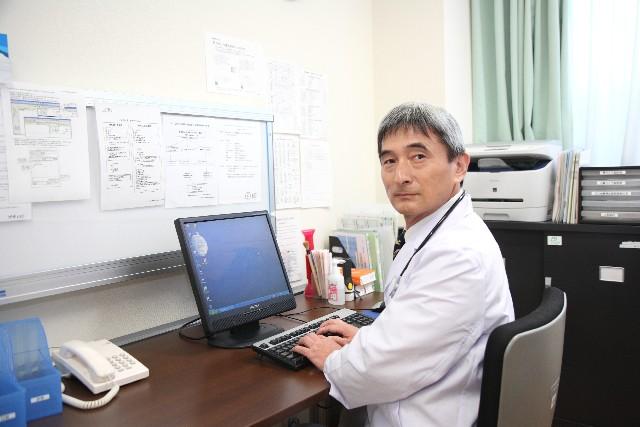 パソコンを使う医者