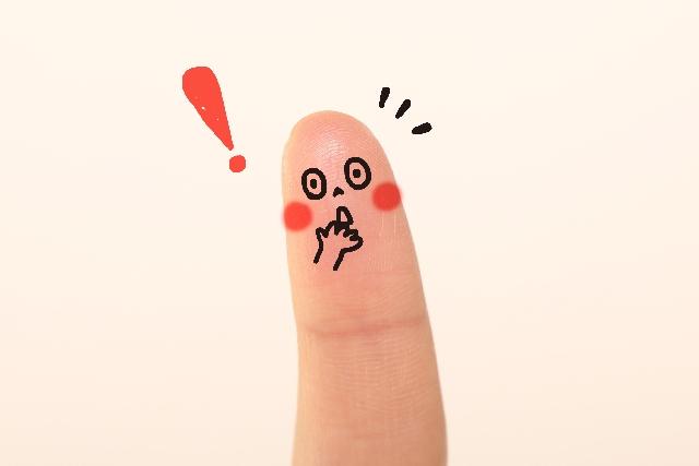 ビックリした顔が描かれた指
