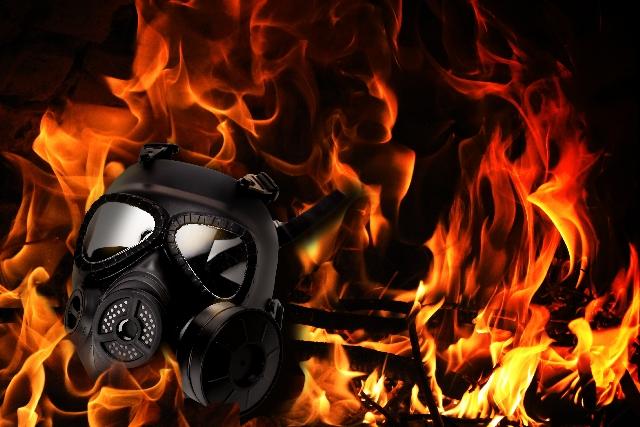 炎を背景にしたガスマスク
