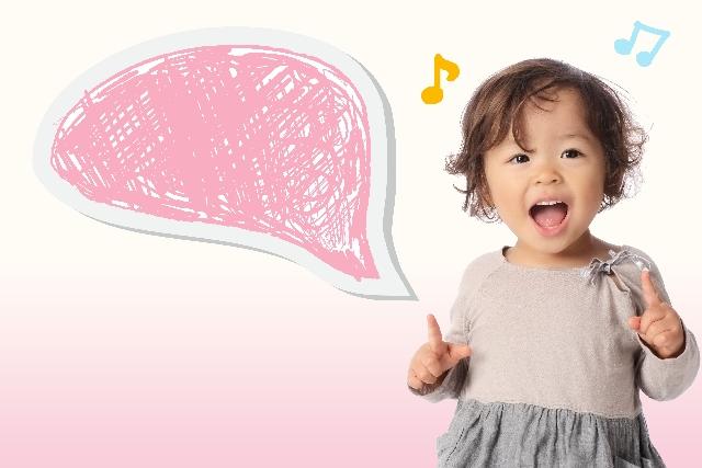 笑顔で歌を歌う幼い少女