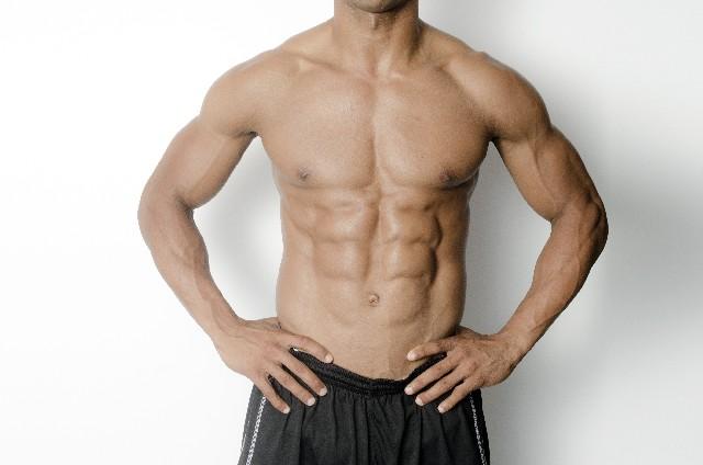 筋肉質の体(シックスパック)