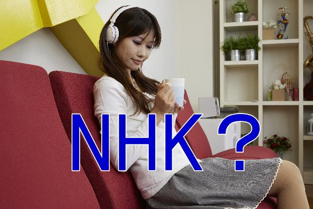 ヘッドフォンでラジオを聞く女性