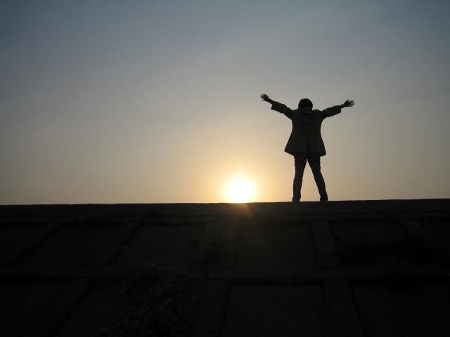 日の出と男