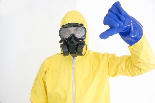 黄色い防護服を着た男