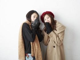 冬服で寒そうにしている女性