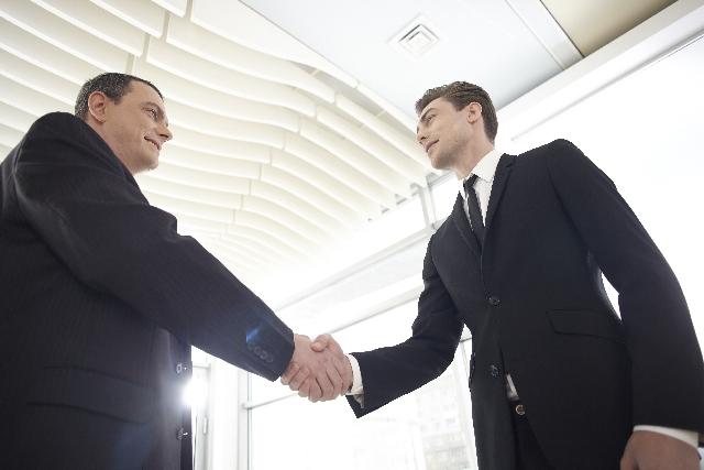 握手をする外国人ビジネスマン