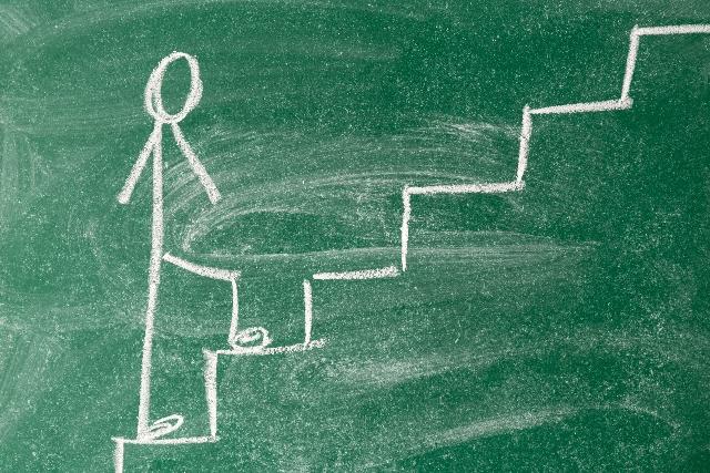 黒板に描いた階段
