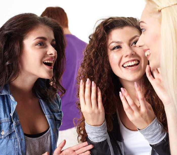 談話をする外国人女性