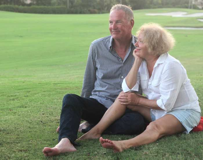 芝生の上でたたずむ老夫婦